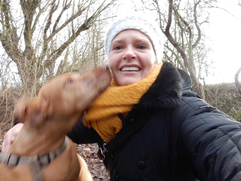 Jessica reist oft und gerne mit ihrer Hündin Nudel, obwohl sie ein Hund mit Arthrose ist