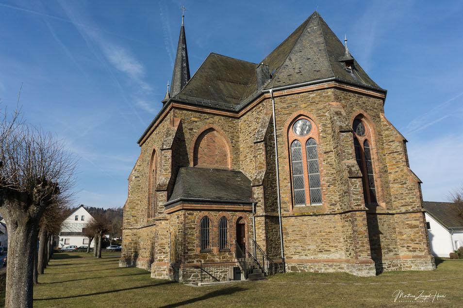 Start und Ziel der Wäller Tour Buchfinkenland ist der Parkplatz an der Kirche in Gackenback