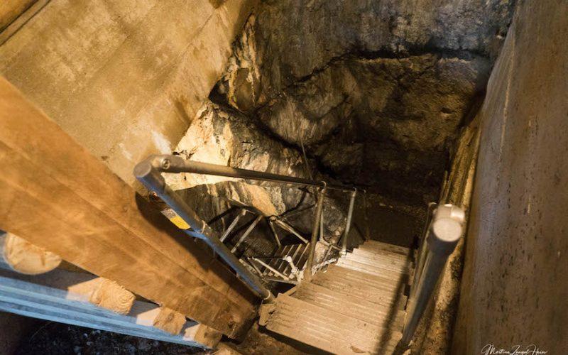 Eine Treppe führt 20 Meter in die Tiefe