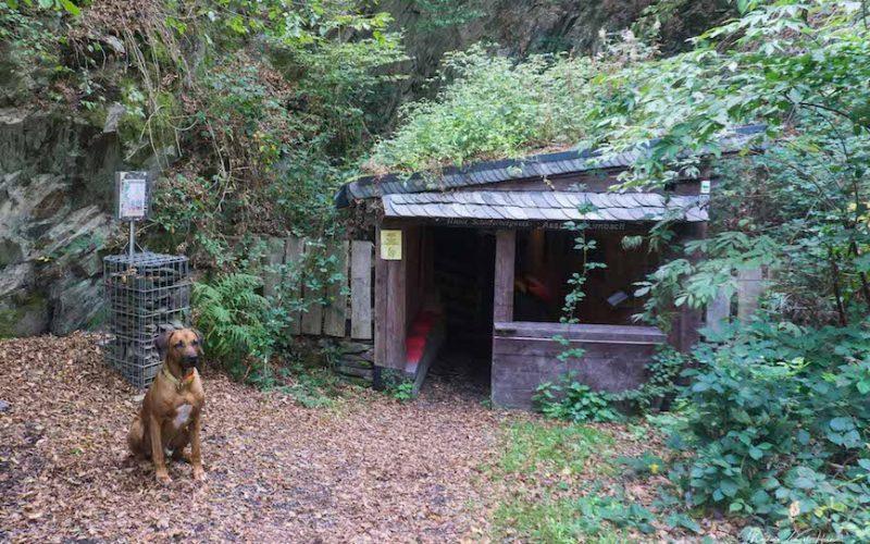 In der unscheinbaren Hütte geht hinunter in die Schiefergrube aus dem Mittelalter